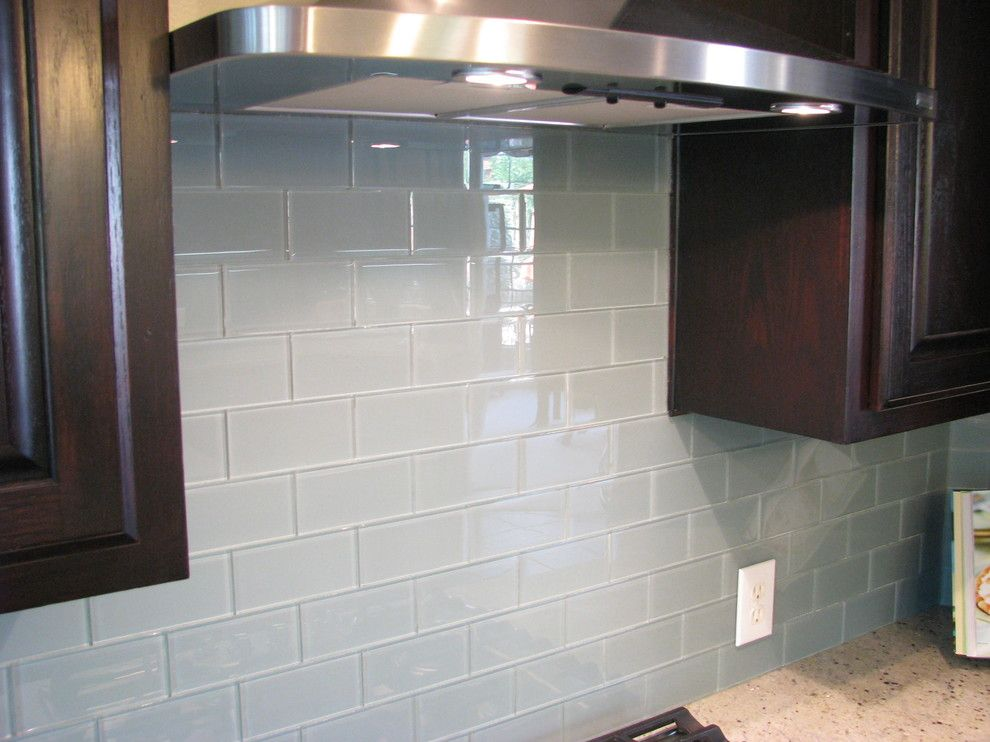 Interior Glass Tiles: Photos, Descritption, Types. Neutral gray splashback in the modern kitchen