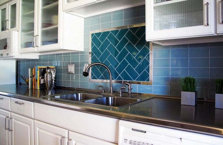 Interior Glass Tiles: Photos, Descritption, Types. Alternative laying methods of the splashback