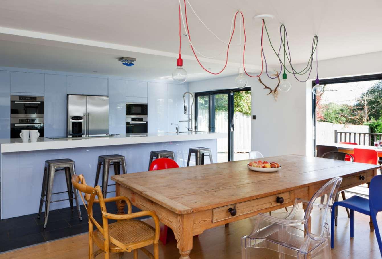 Ahşap-tasarım-mutfak-masası-dekorasyonları-buz-mavisi-mutfak-dolabı-modelleri