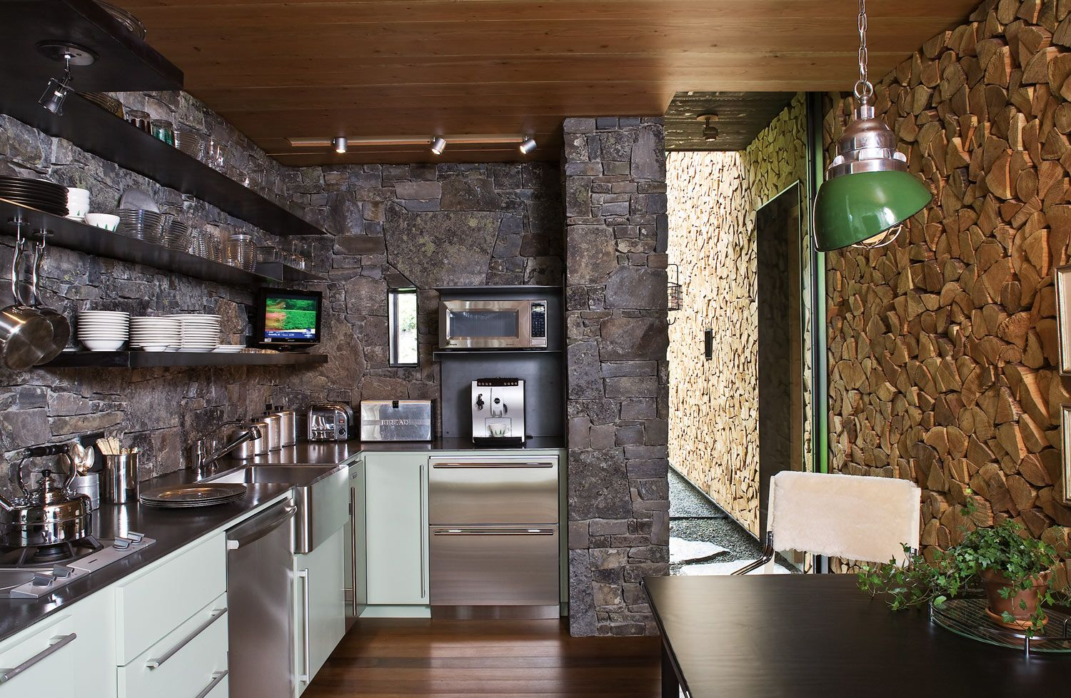 Brownish sirfaces of the walls at the stone trimmed country kitchen