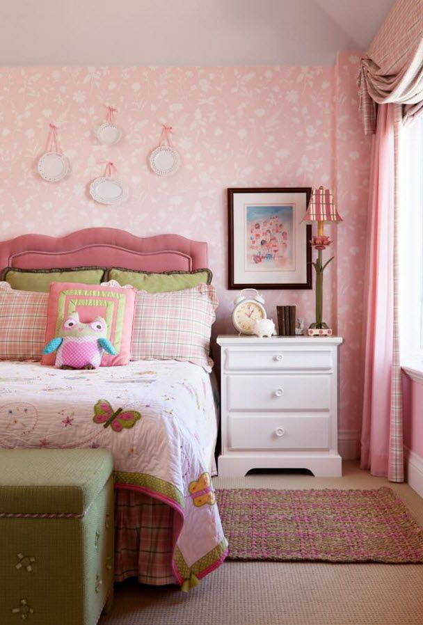 Decorative Plates in Bedroom for the girl in pinky theme