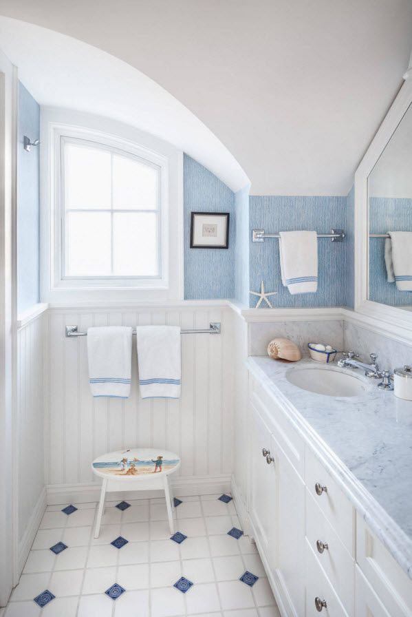 Blue and white theme of teh Marine style in the bathroom