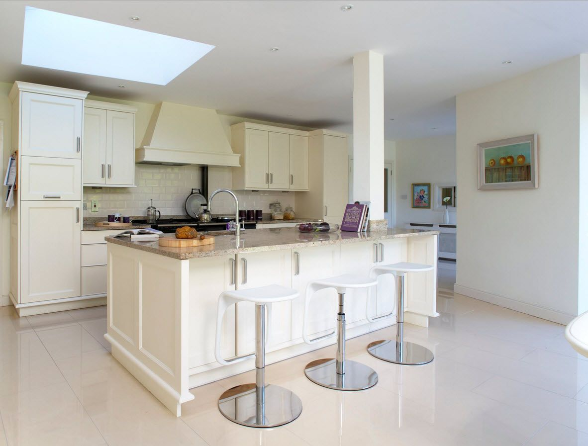 Creamy colors to decorate the kitchen furniture surfaces and the high bar stools at the self-leveled glossy floor