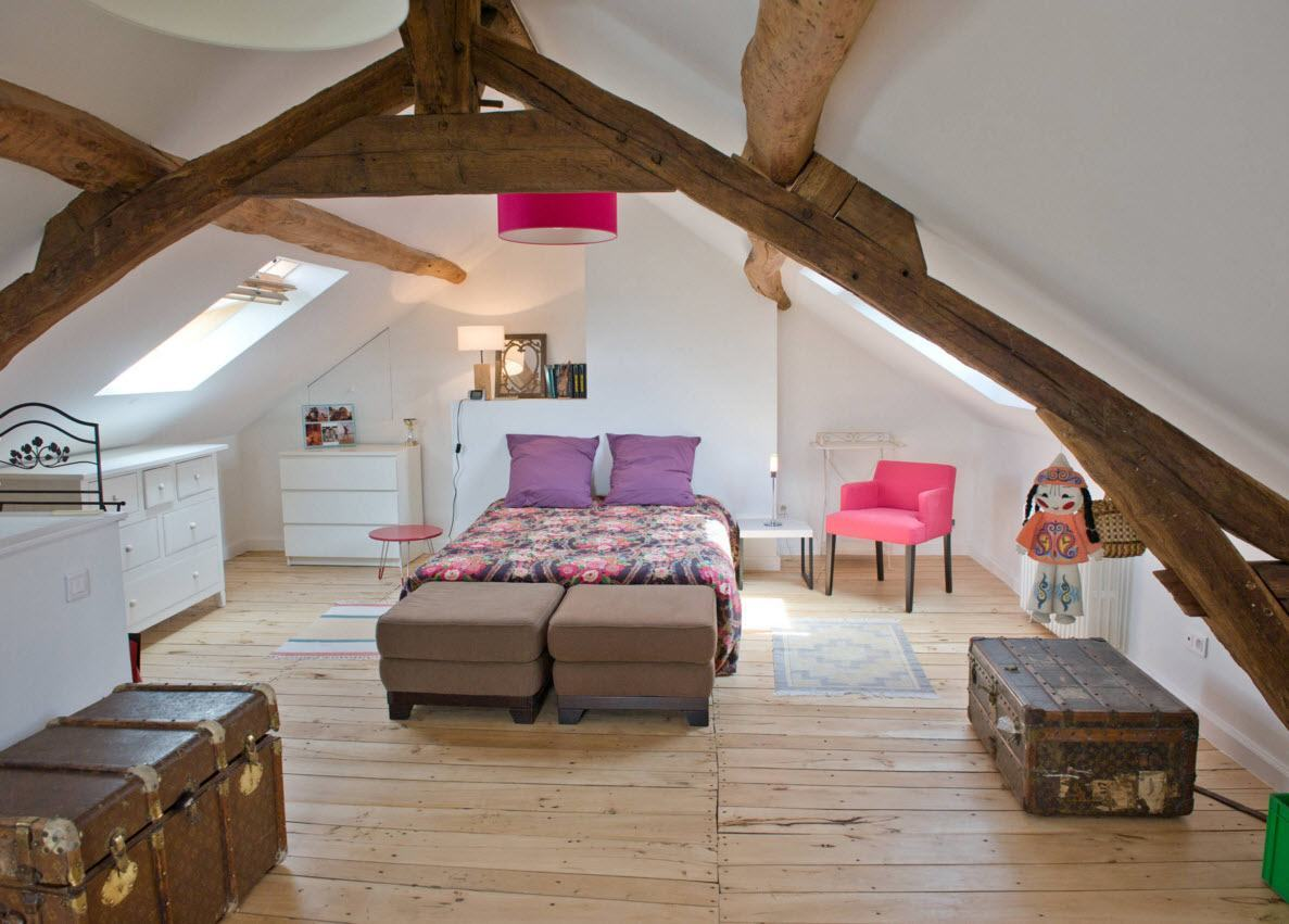 Loft Style Bedroom Design at the Attic. Nice open ceiling bemas construction