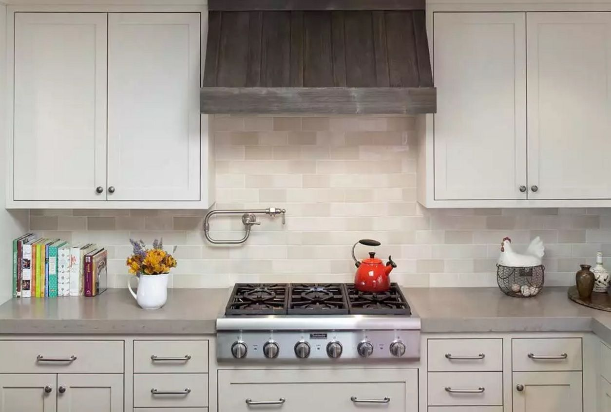The Main Types of Kitchen Hoods. Photo Gallery and Description. Low-key built-in design of the hood
