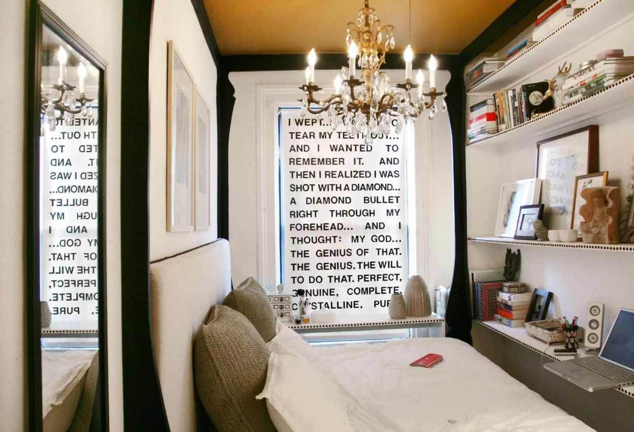 Small Bedroom Decoration Trends Photo. Vintage style and the decorative message on the wall