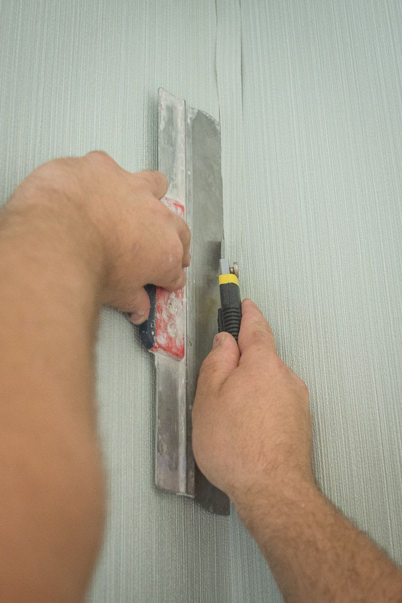 How to DIY Wallpaper the Wall Correctly. Aligning the corners
