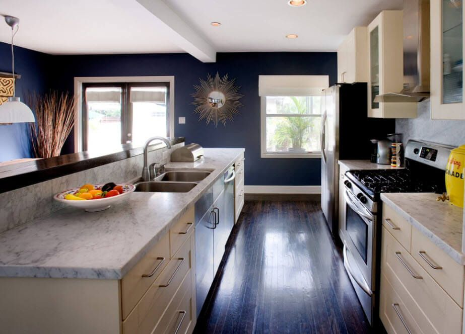 Kitchen Walls Best Finishing Materials with Photos. Original dark blue design of the walls in the kitchen with dark tiled floor and contrasting light surfaces of the kitchen facades