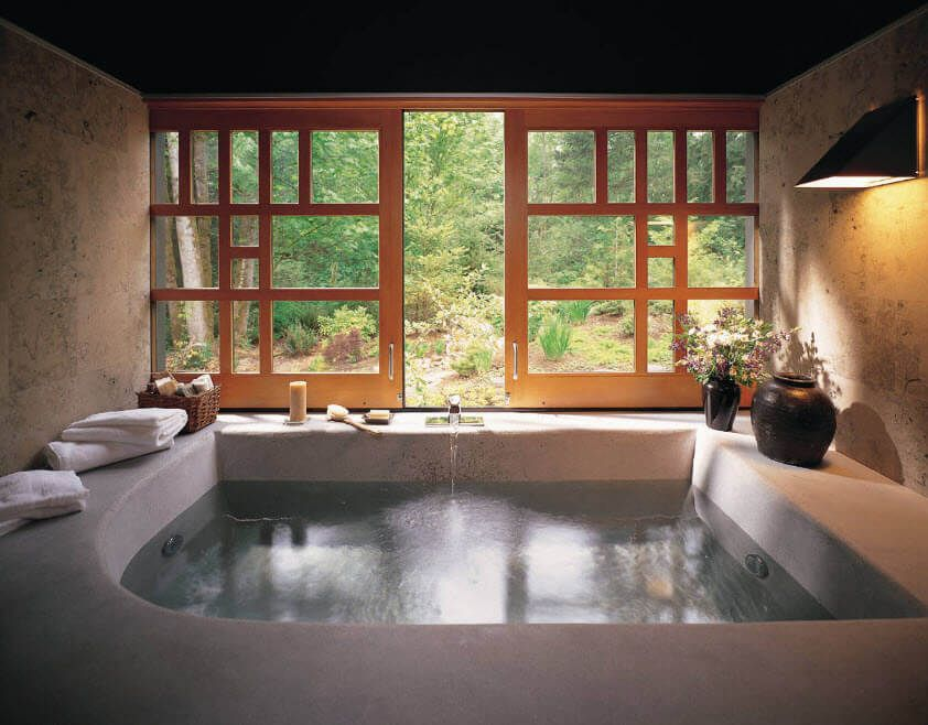 A little bit Oriental style for the large jacuzzi pool in the jungle house's bathroom