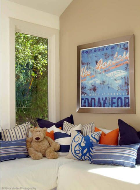 Nutical theme and teddy bear in the kids' room