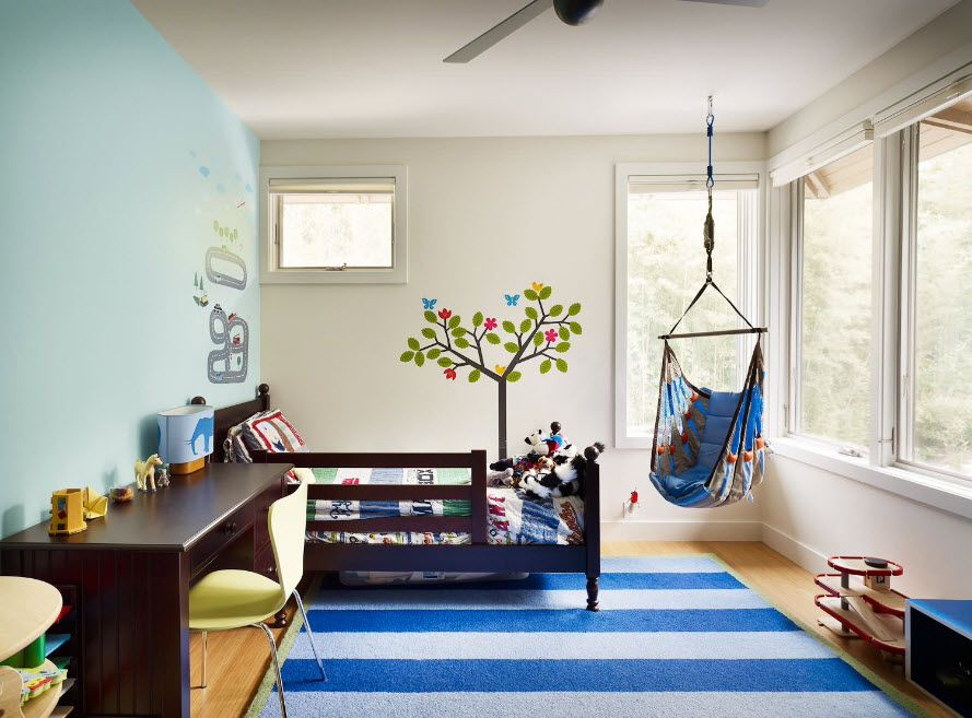 Blue striped rug and hammock for the creativity and boundless fantsy of the little owner