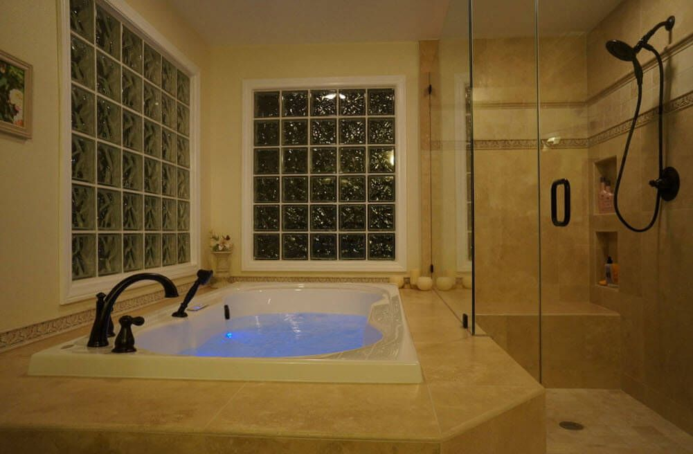 Nice large jacuzzi in the vathroom with large latticed windows