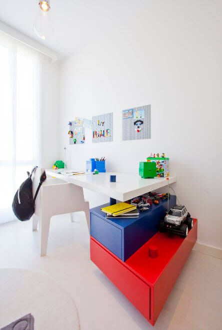 Even the totally white room can be very attractive with the small arrangement details