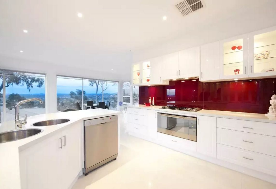 How to Choose a Kitchen Think to Fit the Interior? White hi-tech facades, oval sink