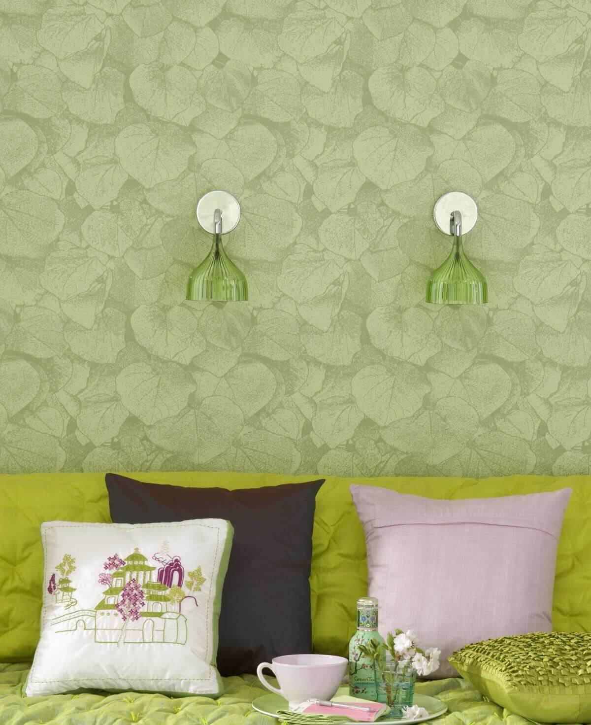 Pleasing green color with structure on the non-woven wallpaper