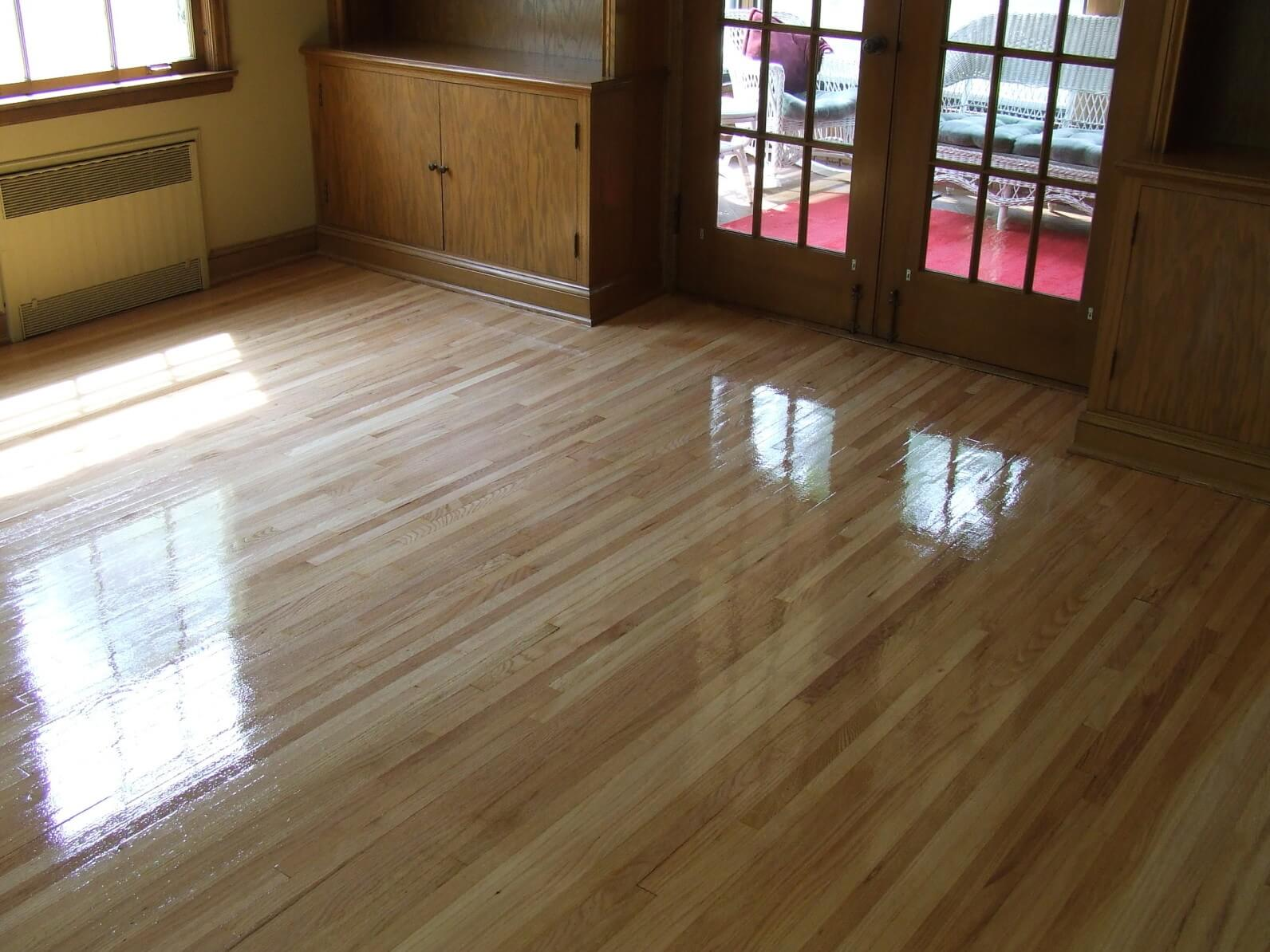 Linoleum Types Review, Description, Usage Advice. Glossy effect in the renovated room