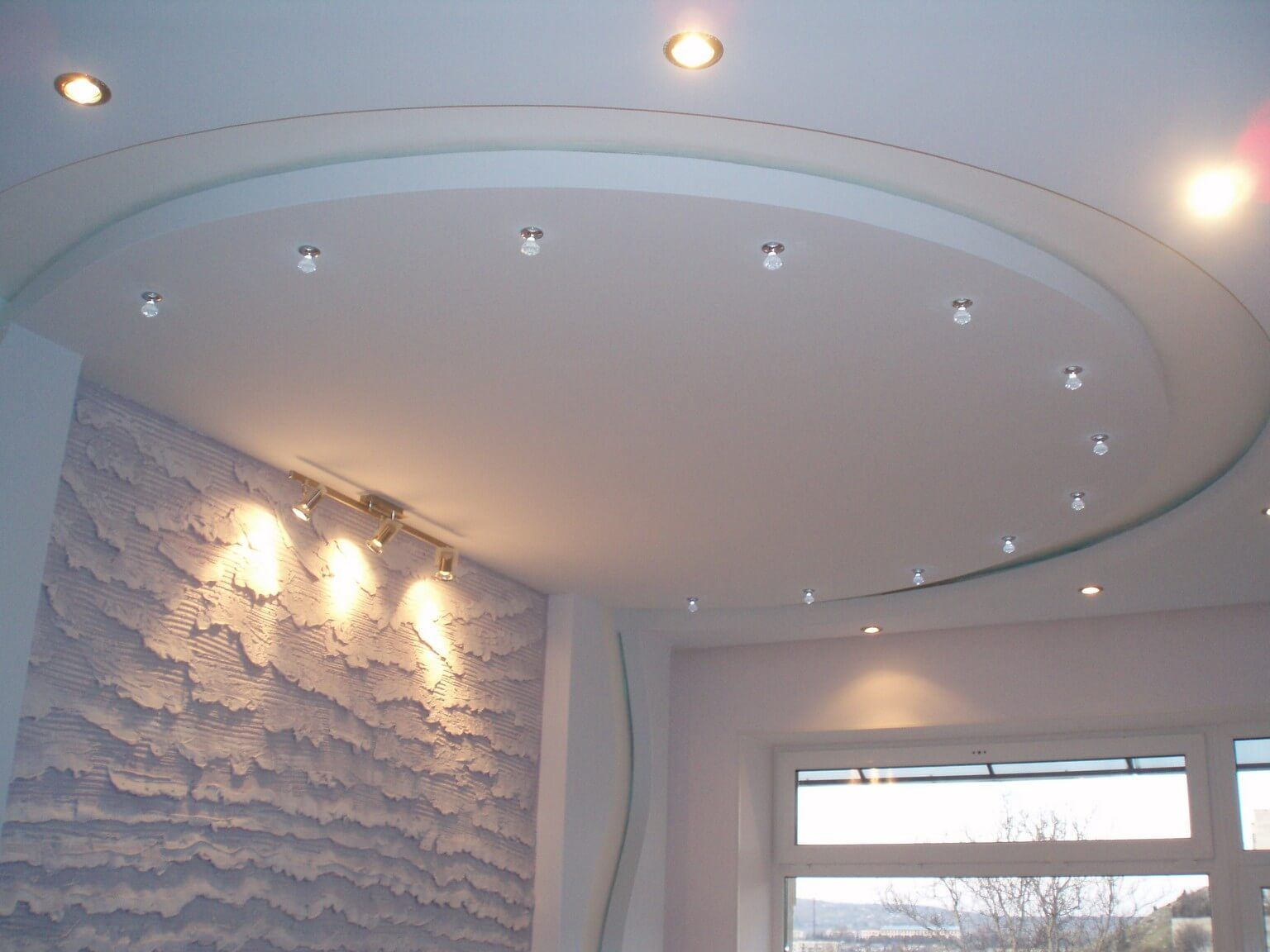 Simple semi-circular design of the plasterboard ceiling and unusal structure of the walls in snow white room
