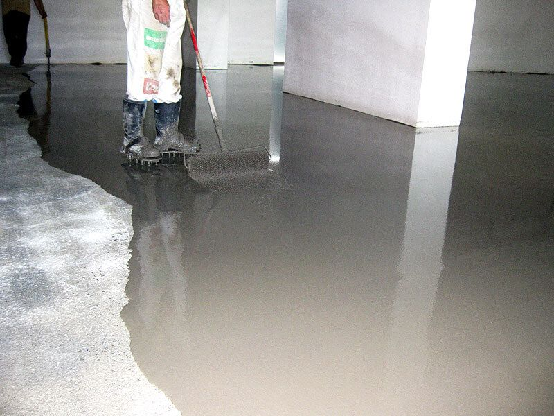 The process of applying the self-leveling floor in the office premises