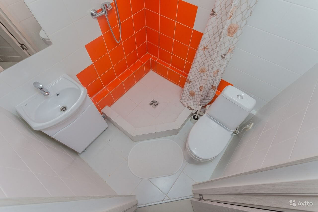 Tiny Russian Studio Apartment with Complicated Geometry Design Ideas. Orange color scheme in the tight bathroom