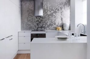 Metal Backsplash as Stylish Design Idea for Kitchen Interior. Absolutely white scandy design is too cool