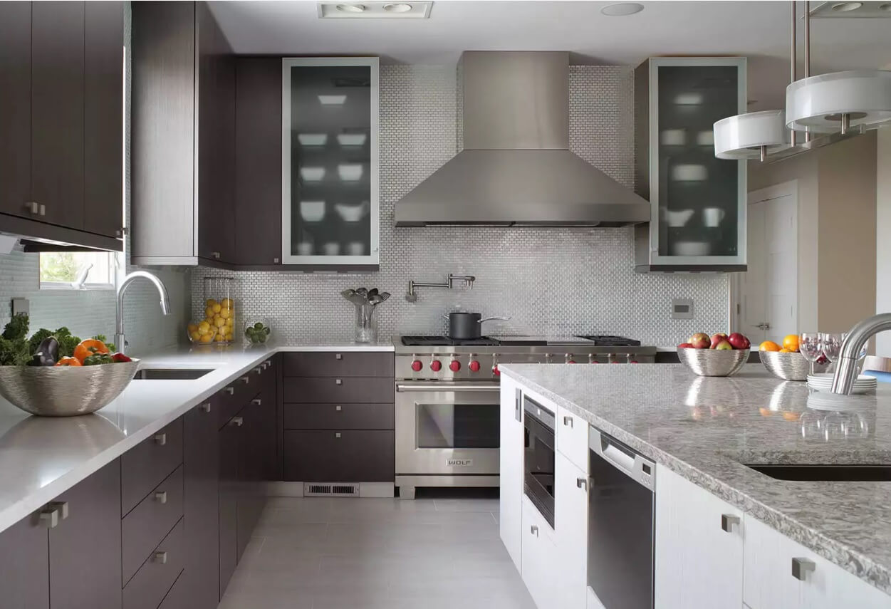 Metal Backsplash as Stylish Design Idea for Kitchen Interior. Another contrasting look on the ascetic hi-tech design