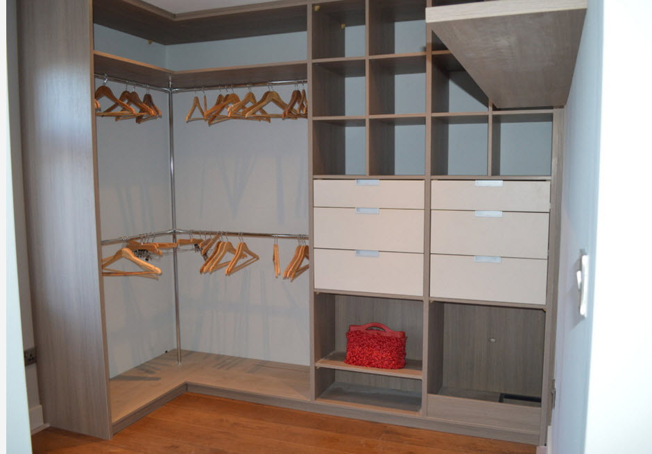Angular cabinet full of crossbars with hangers for a lots of outfit