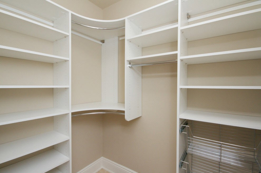 Custom angle cabinet in white execution to fit diferent types of the clothes