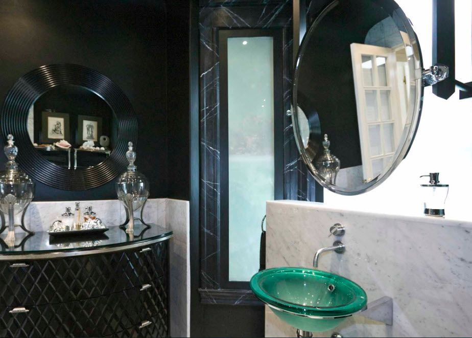 Black and white spectacular combination in the bathroom
