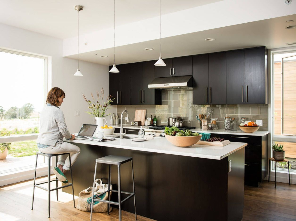 Black kitchen set and white wall trimming of the very attractive kitchen 2017