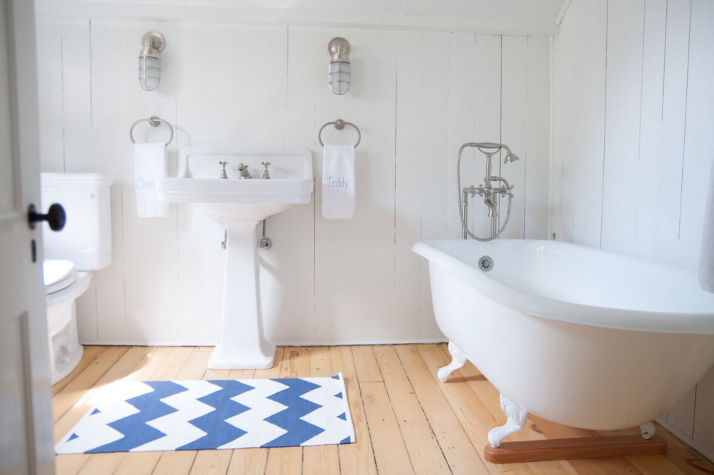 Wavy blue and white rug in the bathroom