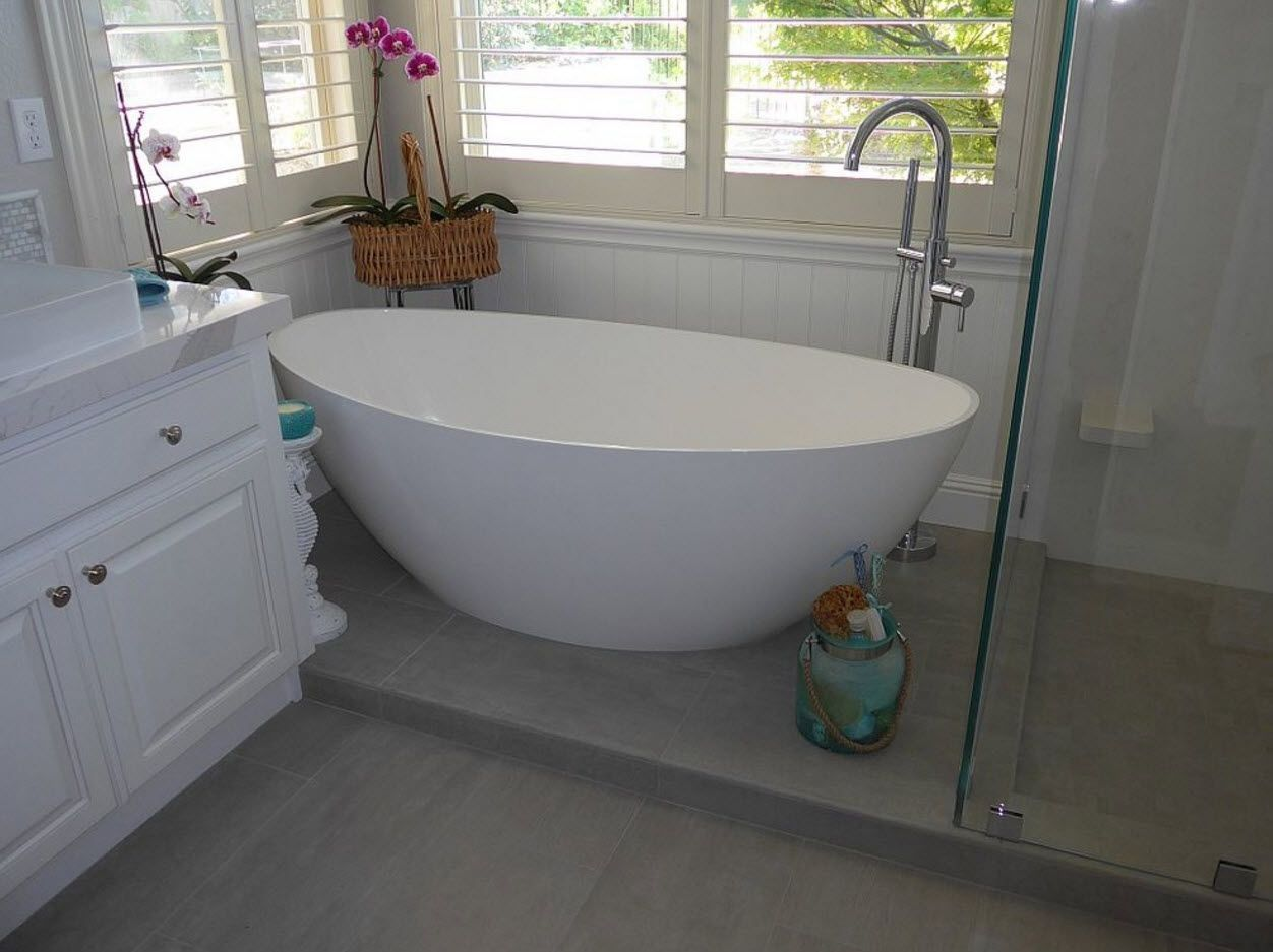 Round and oval bathtub as if the alien in the totally gray space