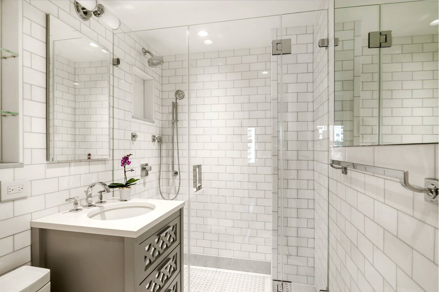 Small decorative tile to finish all the bathroom surfaces