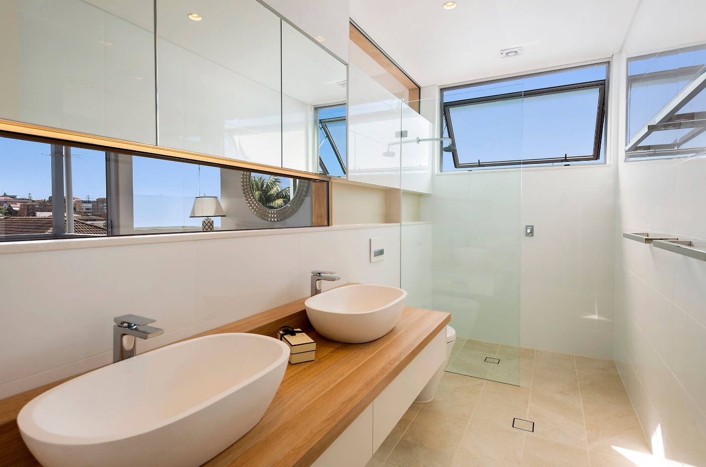 White bathroom finish and mirror surfaces