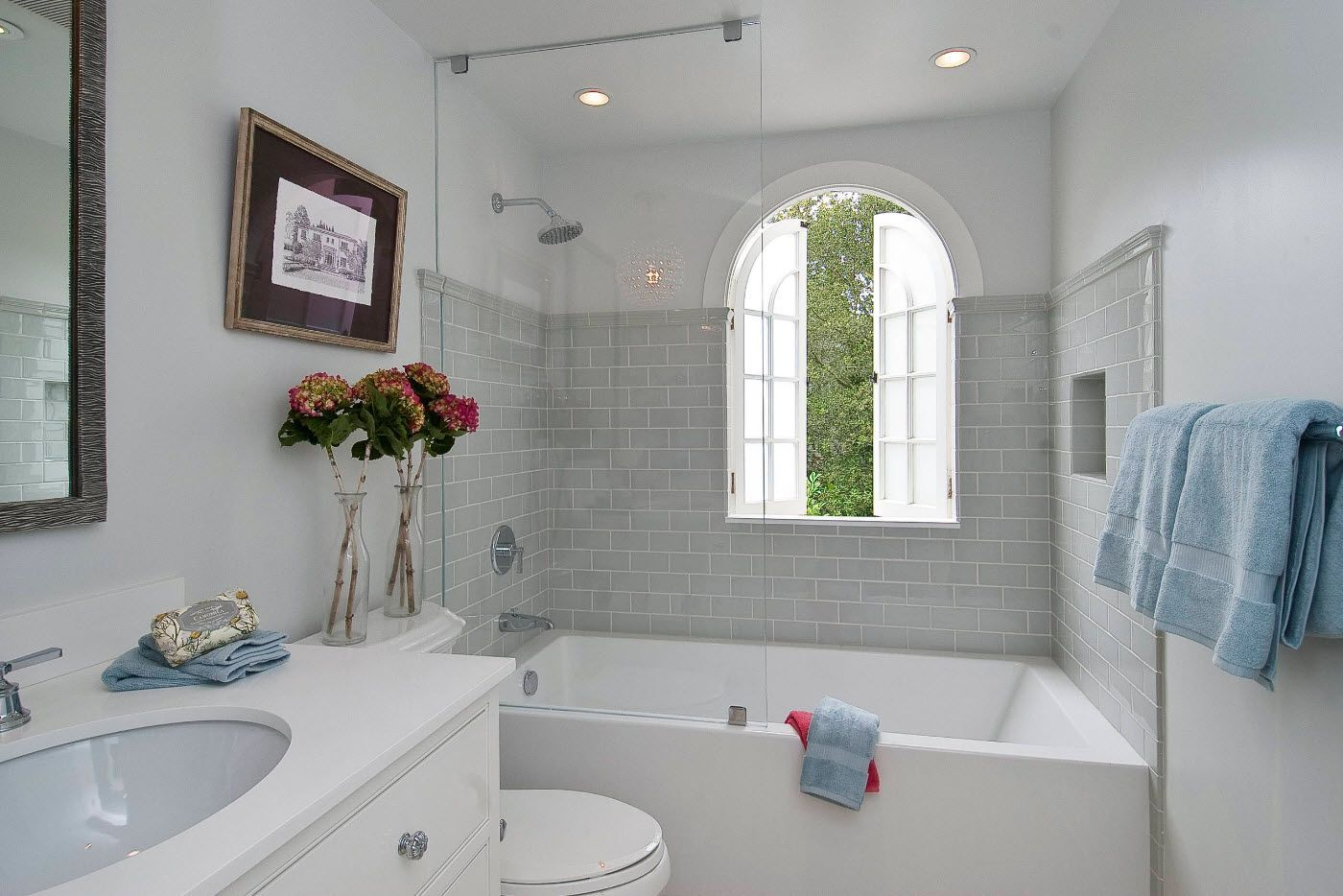 Gray middle color in the light bathroom with arched window