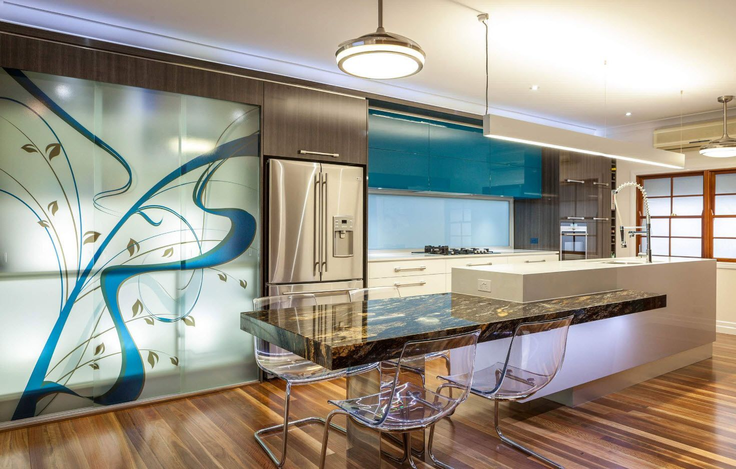 Mirroring and glass surfaces for successful kitchen design 2017