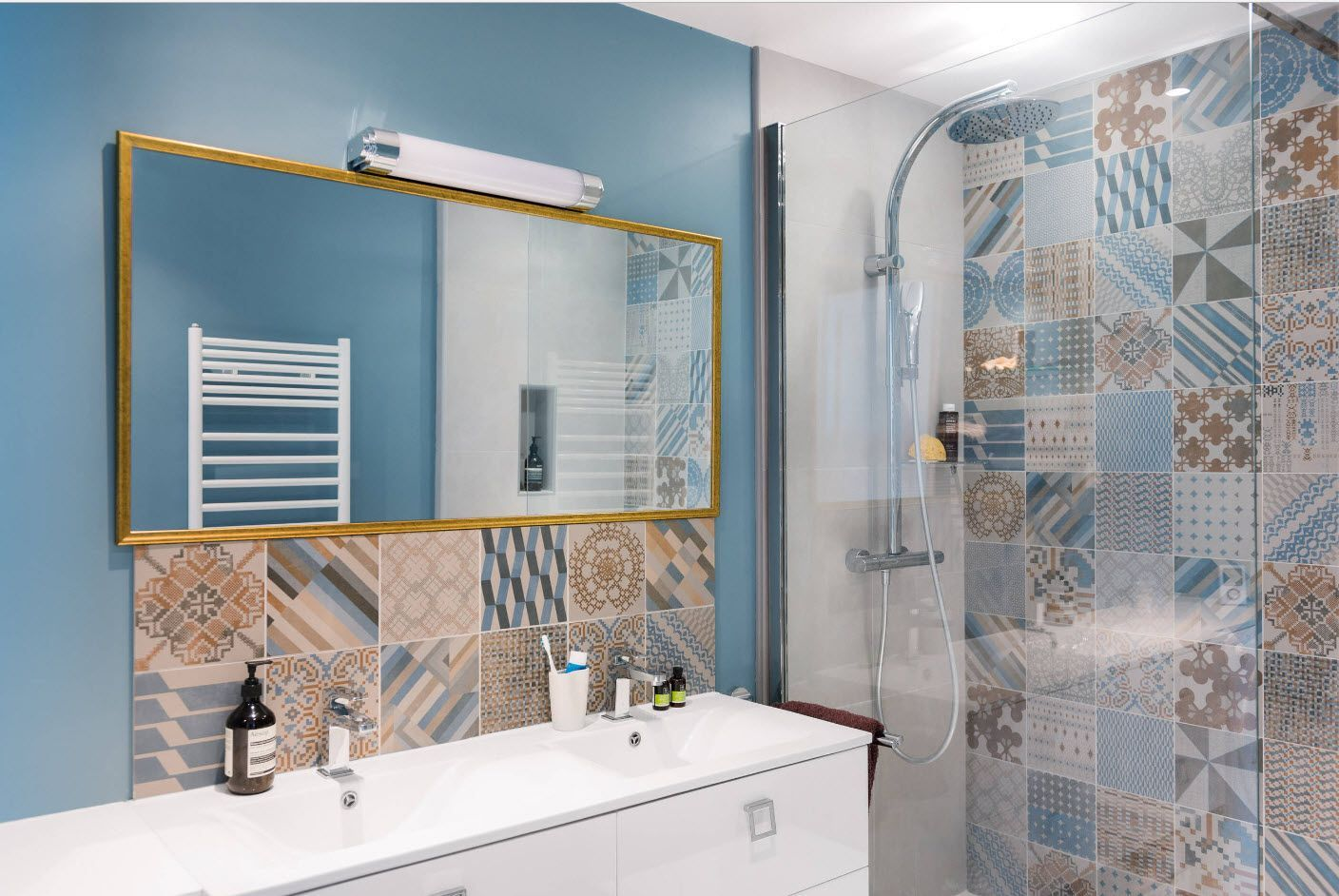 Mix of finishing materials and techniques in the bathroom