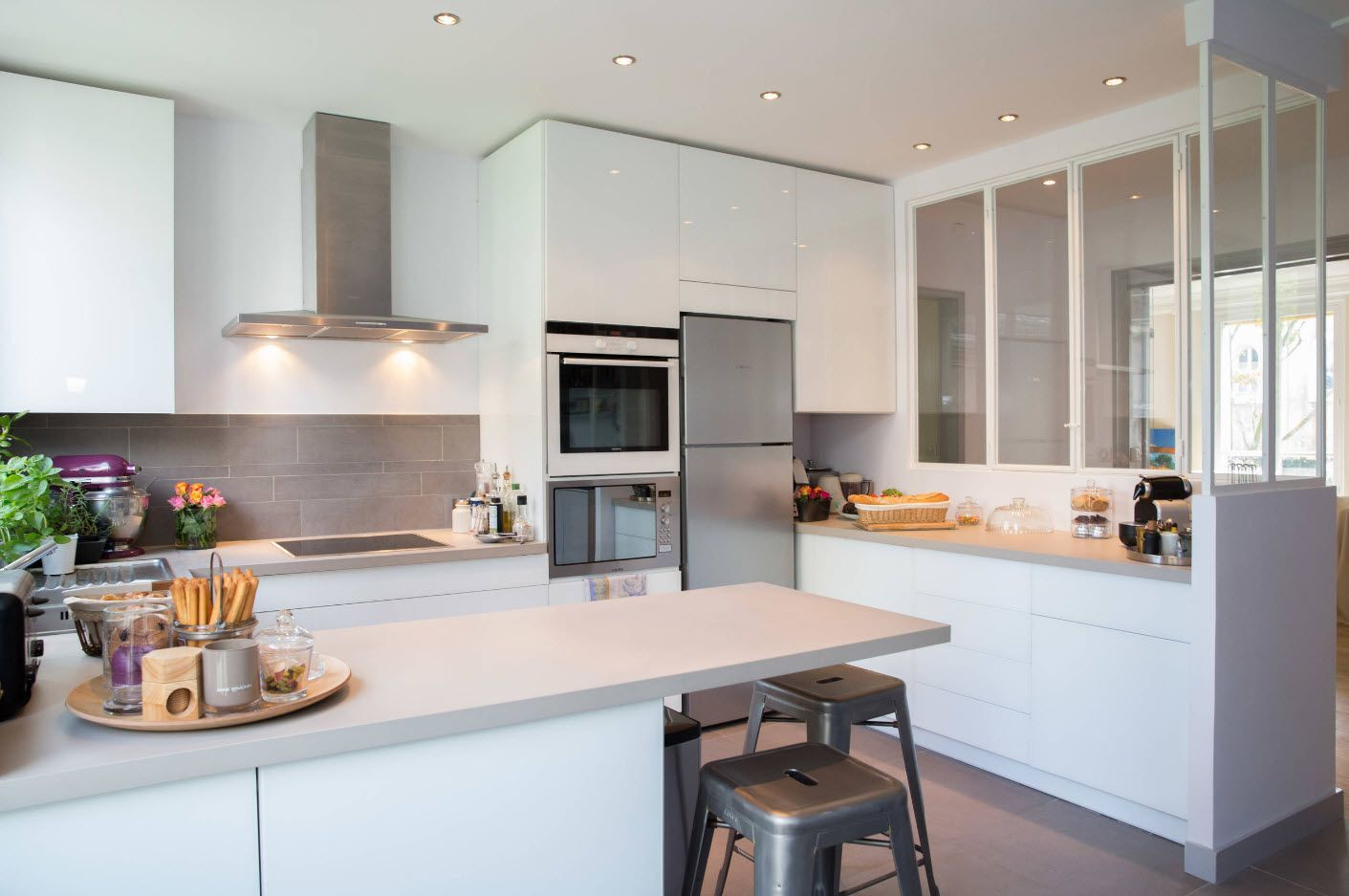 Kitchen Fashion Trends & Interior Design Ideas 2017. Succesfully combined white and steel surfaces