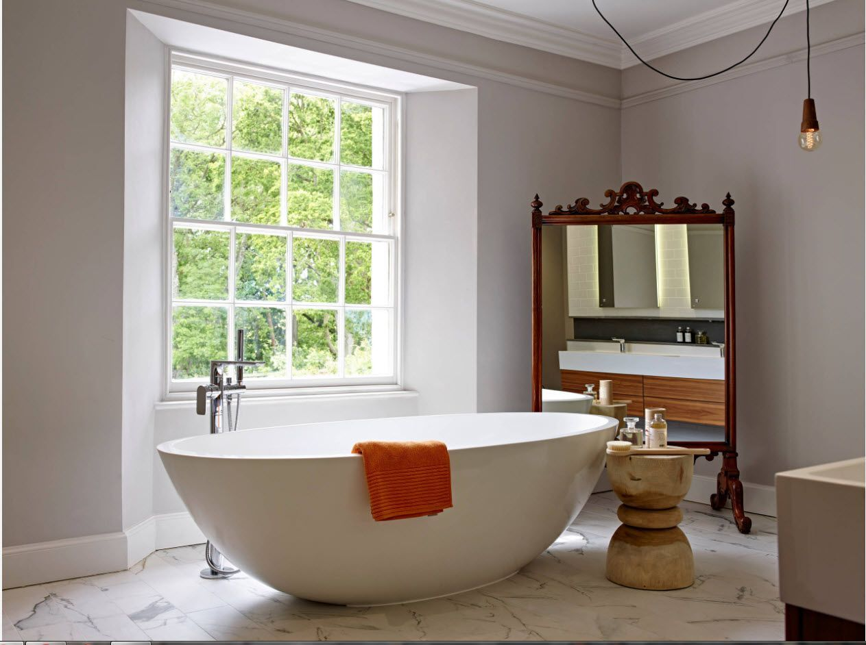 Large window and independent standing tap for the oval bathtub in the center of the premise