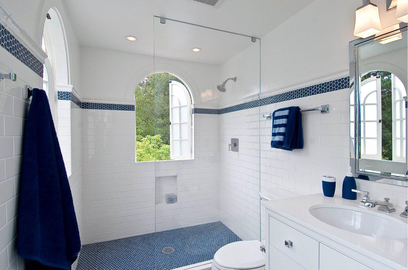 Shower zone with mirror