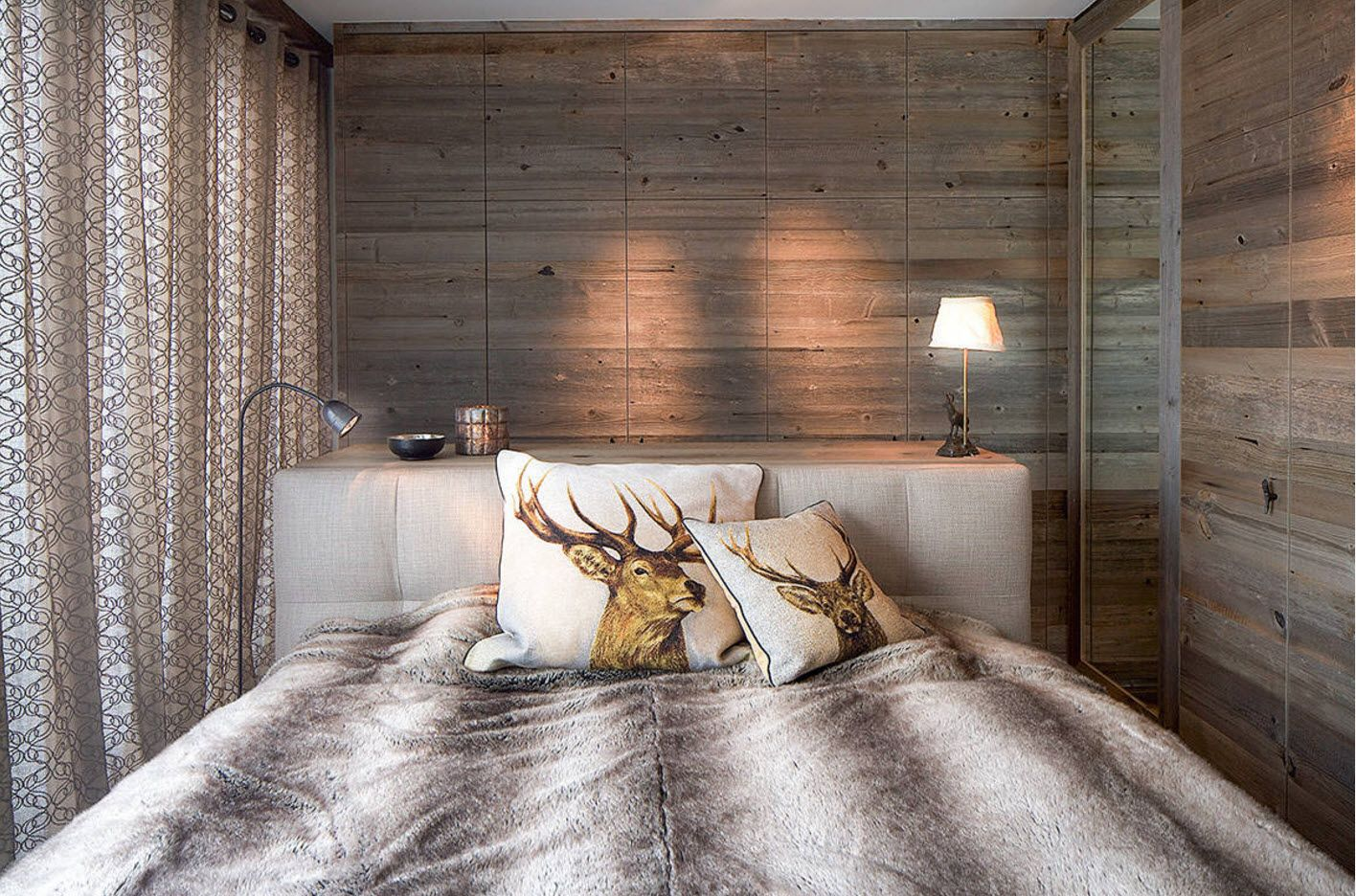 Another chic and luxurious wooden headboard
