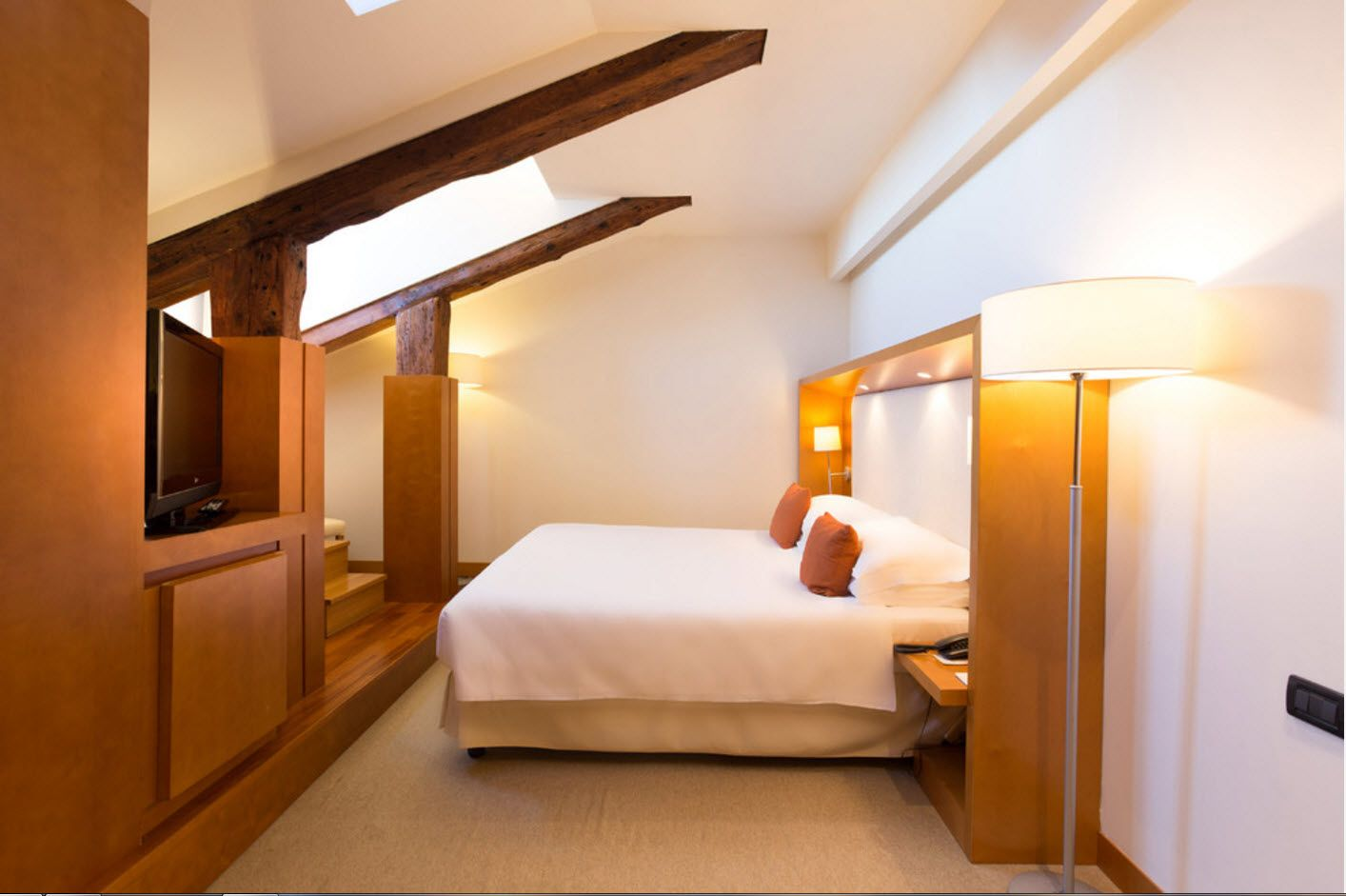 Small masterstroke design in the loft bedroom with wooden surfaces