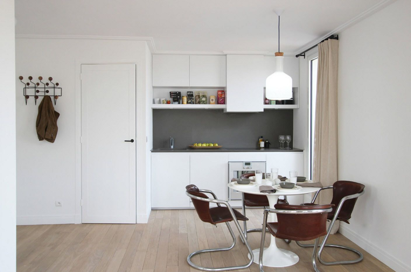 white kitchen facades and dining zone