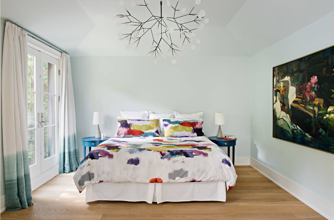 unique chandelier design with right stained coverlet at the bed