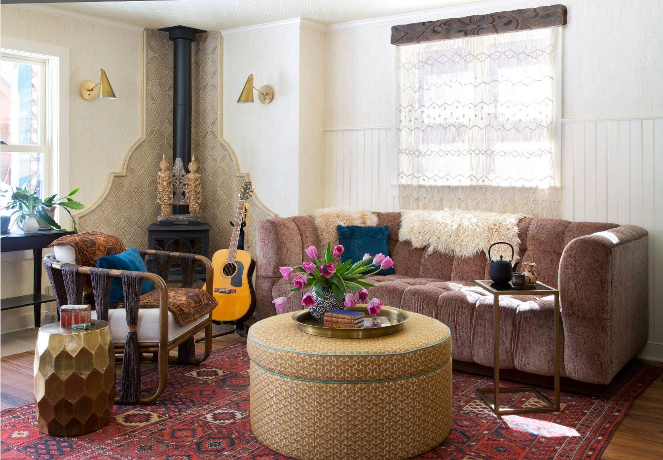 Sitting room 2017: Modern Novelties, Design Trends, Real Photo Examples. Round ottoman coffee table in the center
