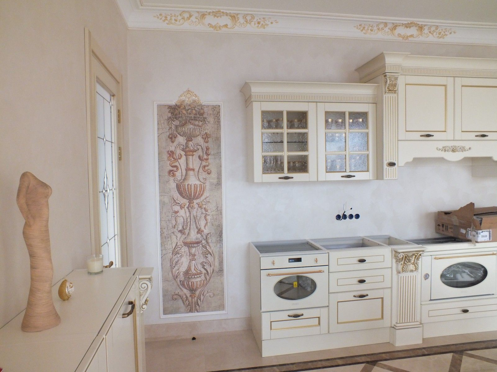 Kitchen fresco in the Renaissance interior looks very relevant and fills up the space