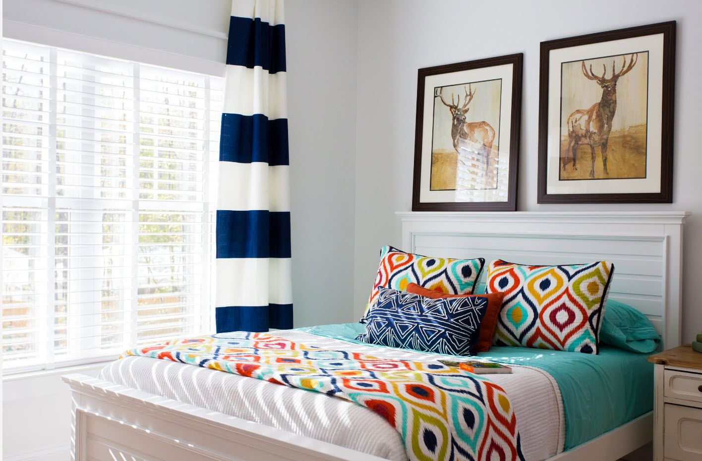 Nice pattern for colorful coverlet and cushions at the modern styled bedroom