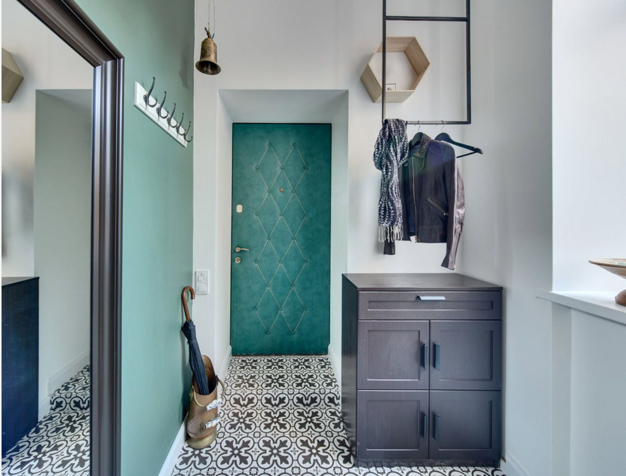 Experimental turquoise tints in the Classic spacious entrance with chest for wootwear