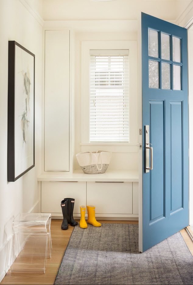 Entrance Hall Design Ideas 2017. Photos, Real Examples, Decoration Advice. Blue door and white surfaces of the storage and seating place at the same time