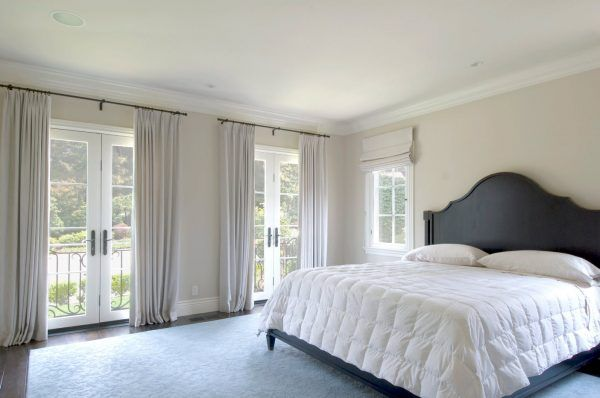 Bedroom Drapes 2017. Design, Forms, Real Examples with Photos. typical neat Modern design of America with kingsize bed
