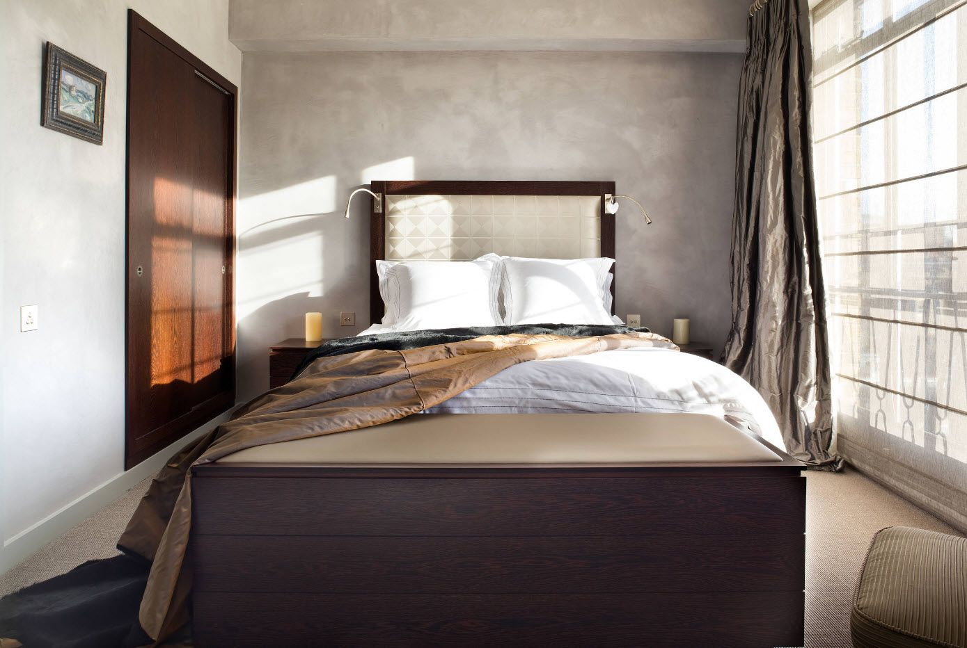 Black footboard and textured accentual at the headboard